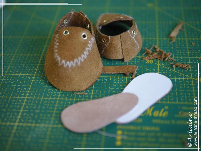 How to make doll shoes: make inner soles and glue shoes back seam